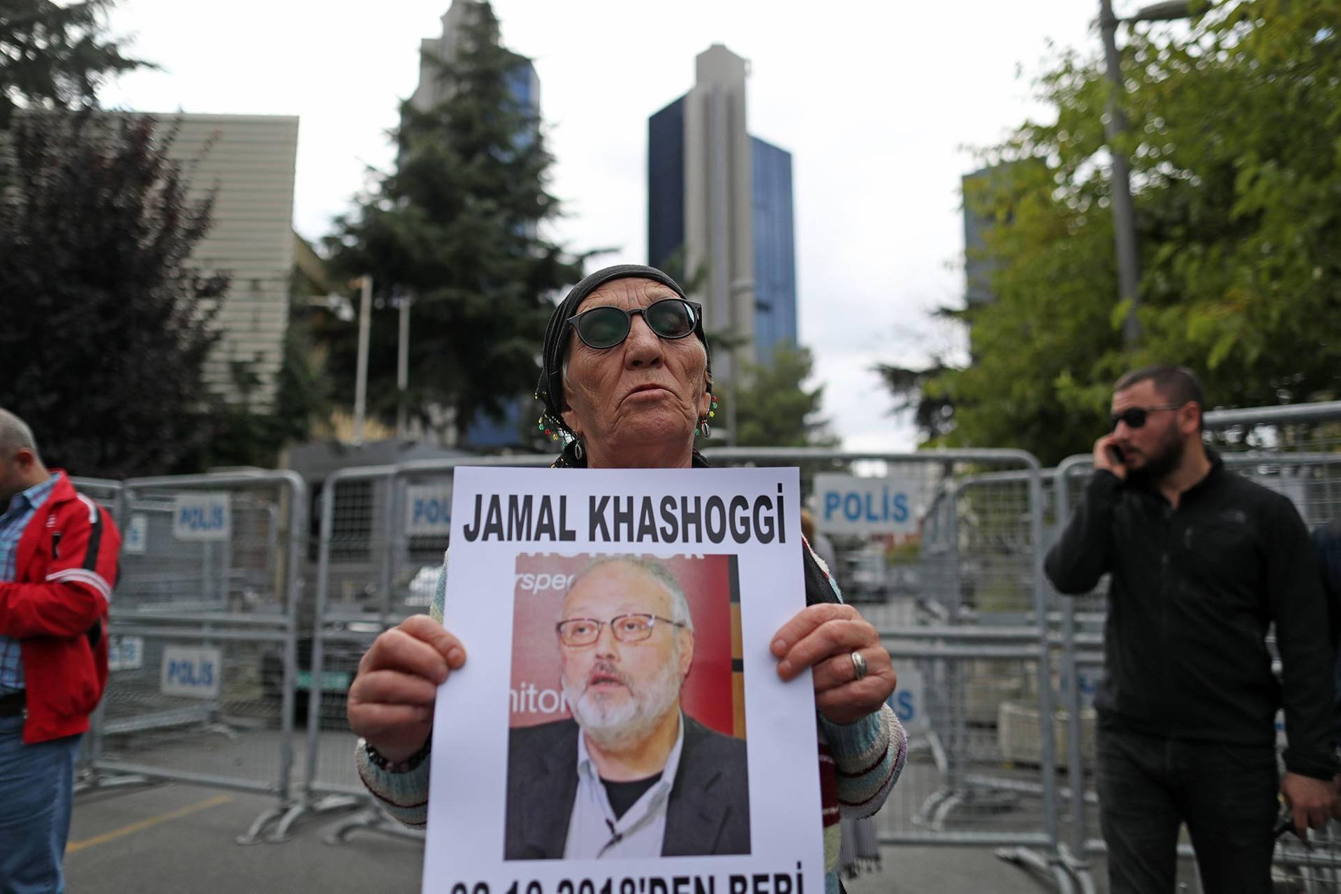 Члени Турецької правозахисної асоціації тримають фотографію зниклого саудівського журналіста Джамала Хашогджі під час акції біля консульства Саудівської Аравії в Стамбулі, Туреччина, 9 жовтня 2018 року