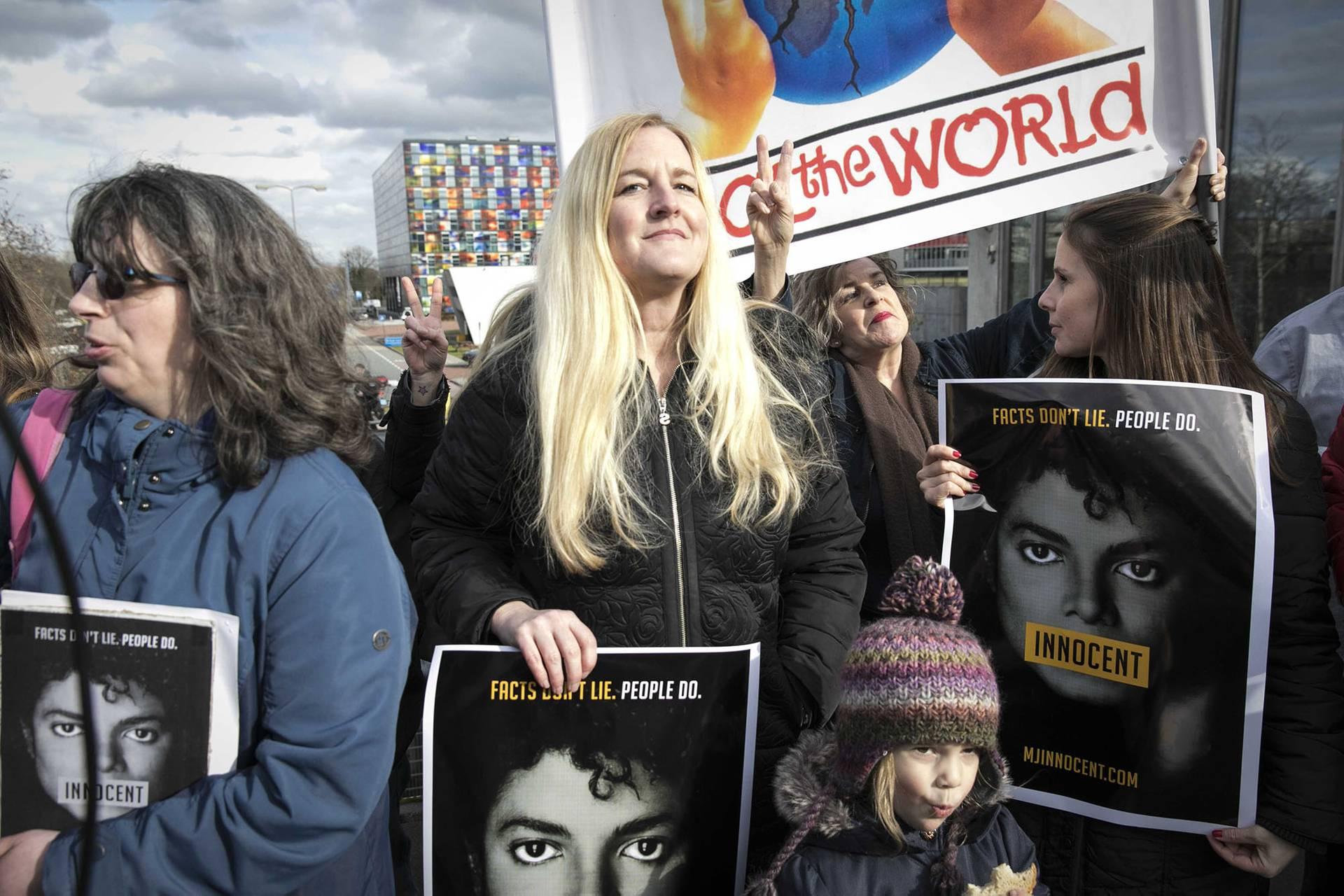 Шанувальники Майкла Джексона прийшли до офісу нідерландської телекомпанії NPO, вимагаючи не знімати з ефіру контент за участі їхнього улюбленого співака, Хілверсум, Нідерланди, 8 березня 2019 року. На плакатах напис «невинний»