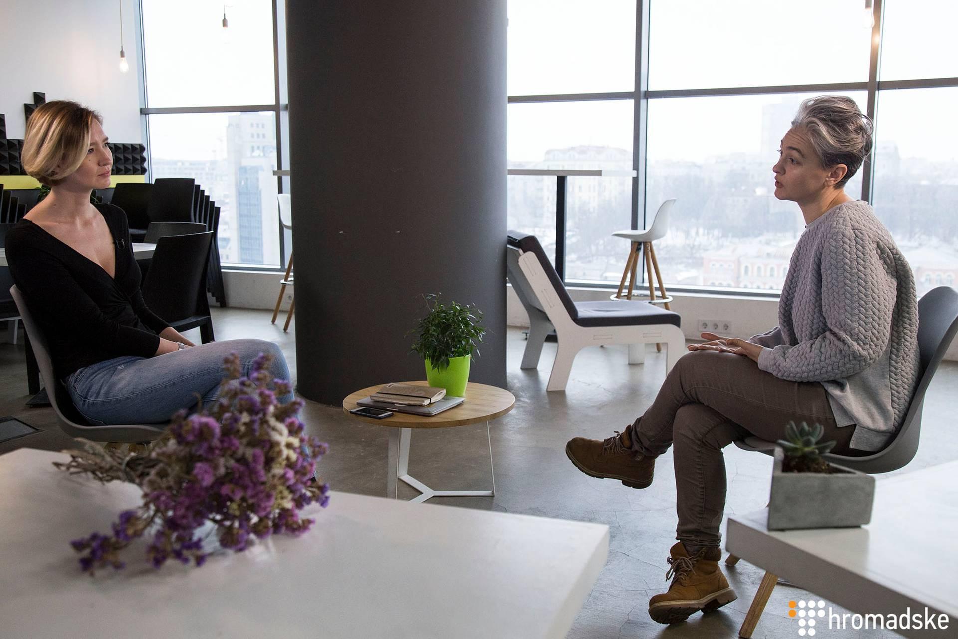 Соціальна інноваторка, засновниця та співзасновиця проектів «Велика Ідея», «Спільнокошт», Garage gang Ірина Соловей (праворуч) та та шеф-редакторка Громадського Ангеліна Карякіна під час інтерв'ю, Київ, 11 лютого 2019 року