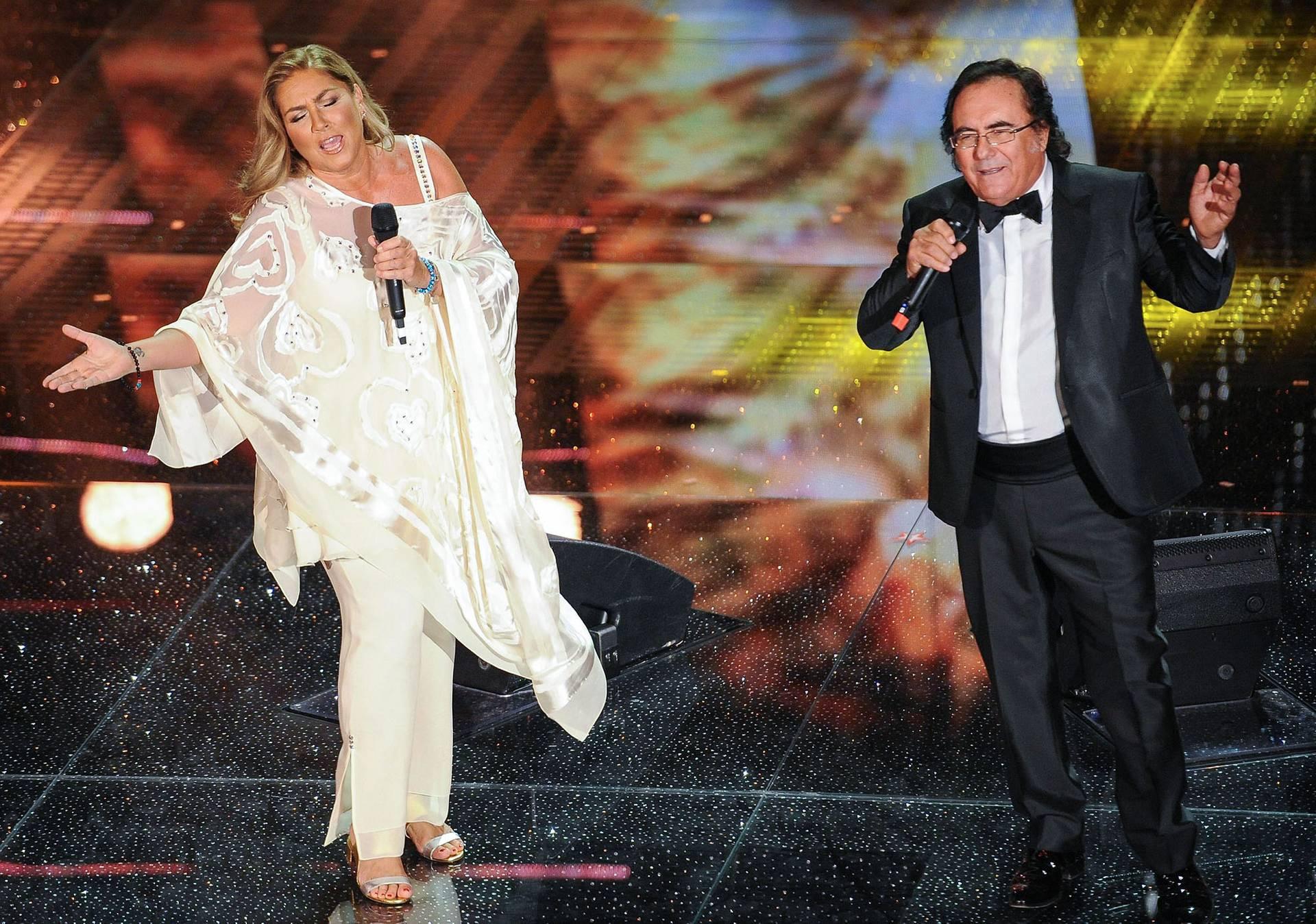 Італійська співоча подружня пара — Роміна Пауер (ліворуч) та Альбано Каррізі — виступають на фестивалі італійської пісні в Санремо, Італія, 10 лютого 2015 року
