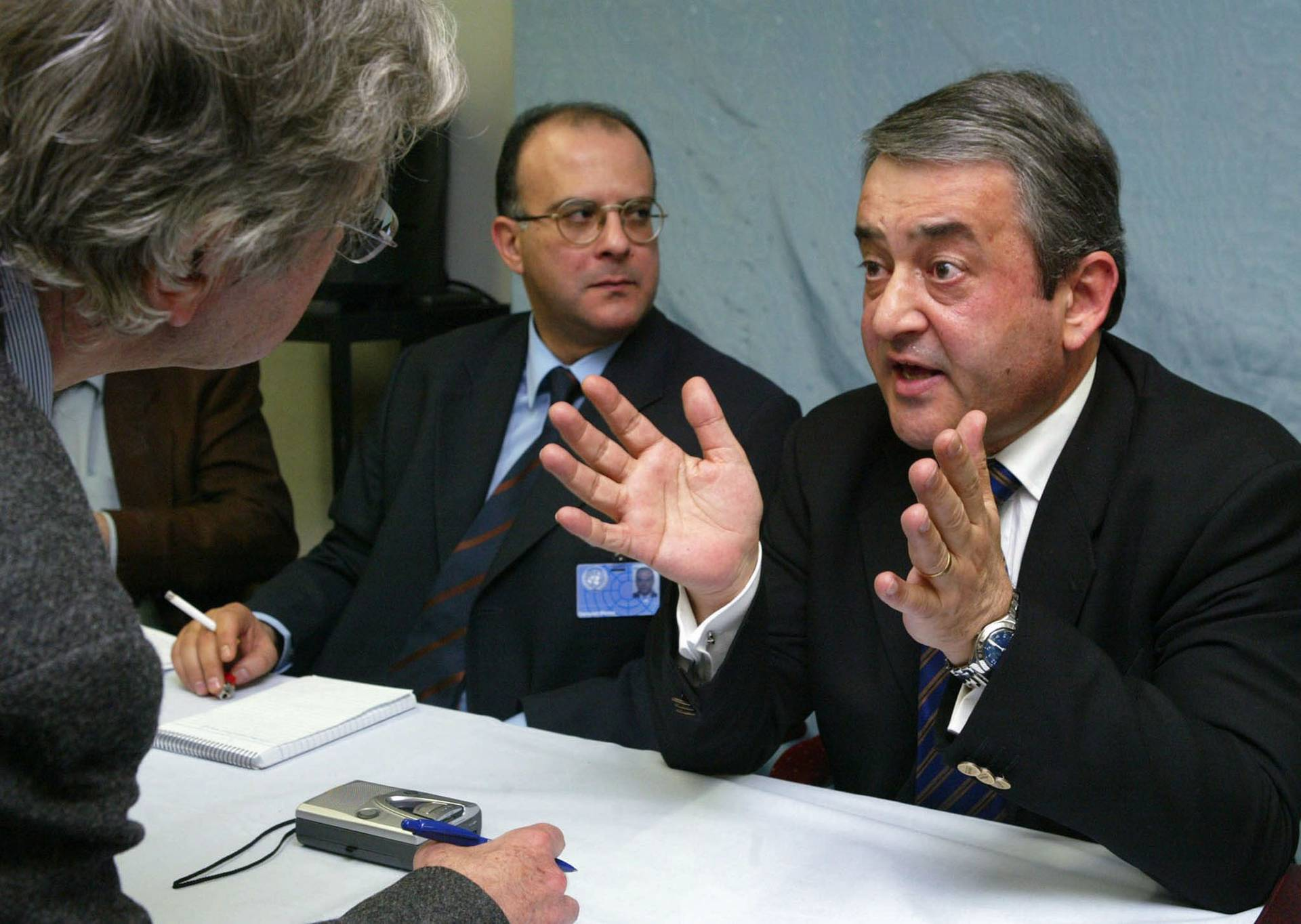 Адвокат Кіпрос Христостомідіс (праворуч) під час прес-конференції в Швейцарії, 31 березня 2004 року
