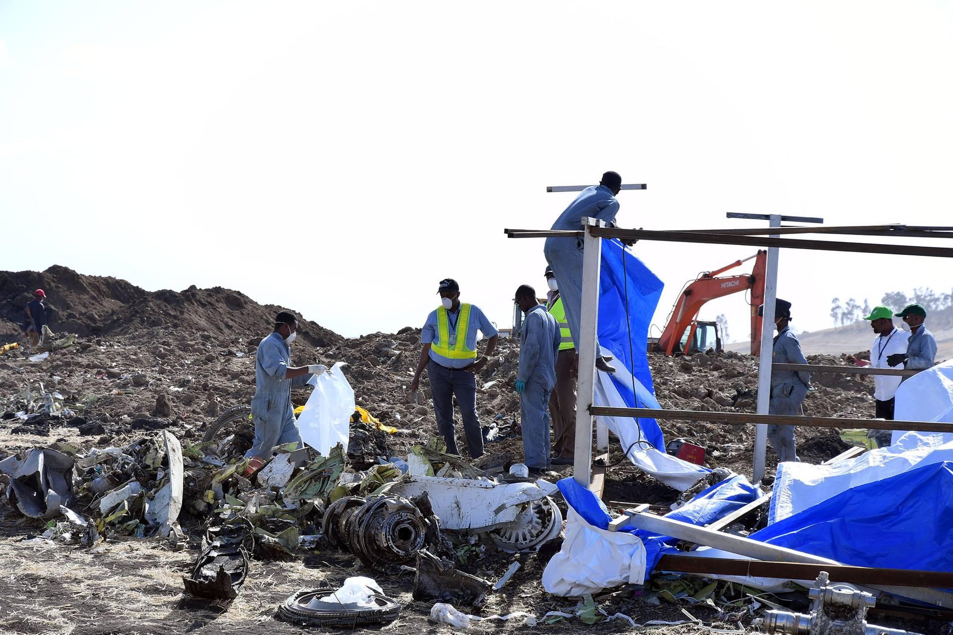Рятувальники біля уламків пасажирського літака Boeing 737 MAX 8 авіакомпанії Ethiopian Airlines, 13 березня 2019 року