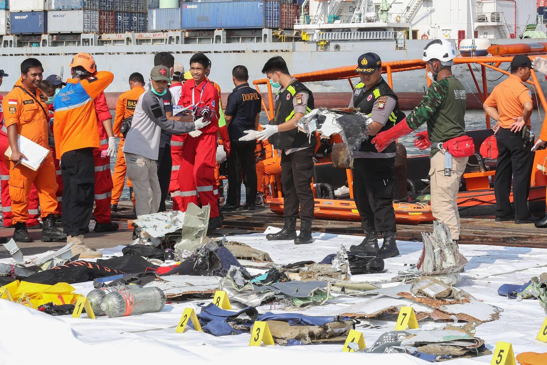 Рятувальники виносять на берег уламки літака та речі загиблих пасажирів в порту Танджунг-Пріок, Індонезія, 29 жовтня 2018 року