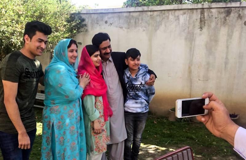 Пакистанська активістка, правозахисниця, лауреатка Нобелівської премії Малала Юсуфзай (в центрі) вперше приїхала до рідних у свою домівку в Мінгорі, відколи вимушена була покинути країну пасля здійстненого замаху на неї, Пакистан, 31 березня 2018 року