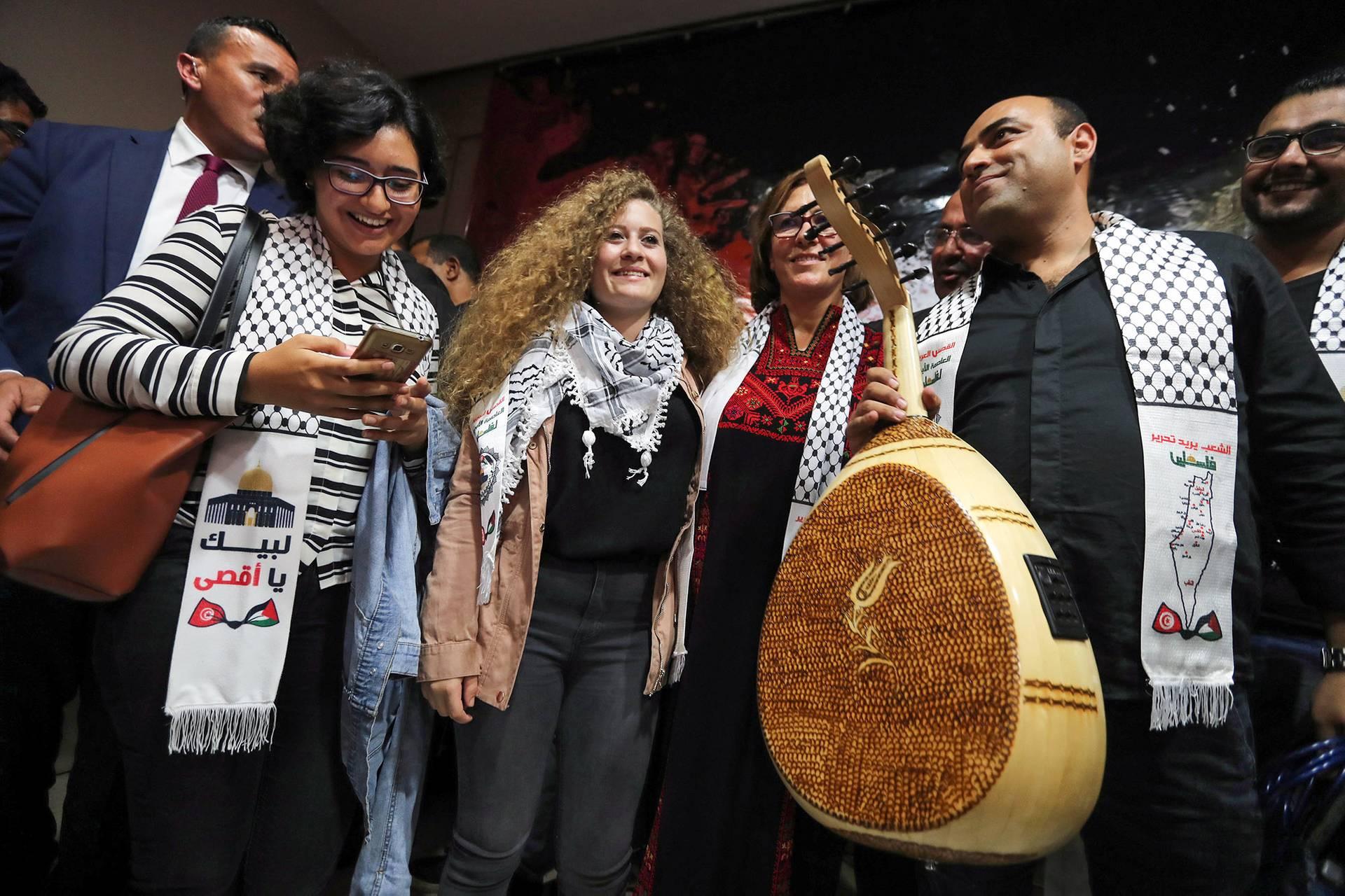 Палестинська тінейджерка-активістка Ахед Тамімі (в центрі), яка відсиділа вісім місяців у ізраїльській в'язниці за те, що дала ляпаса ізраїльському військовому, фотографується з туніською музичною групою в Тунісі, 2 жовтня 2018 року