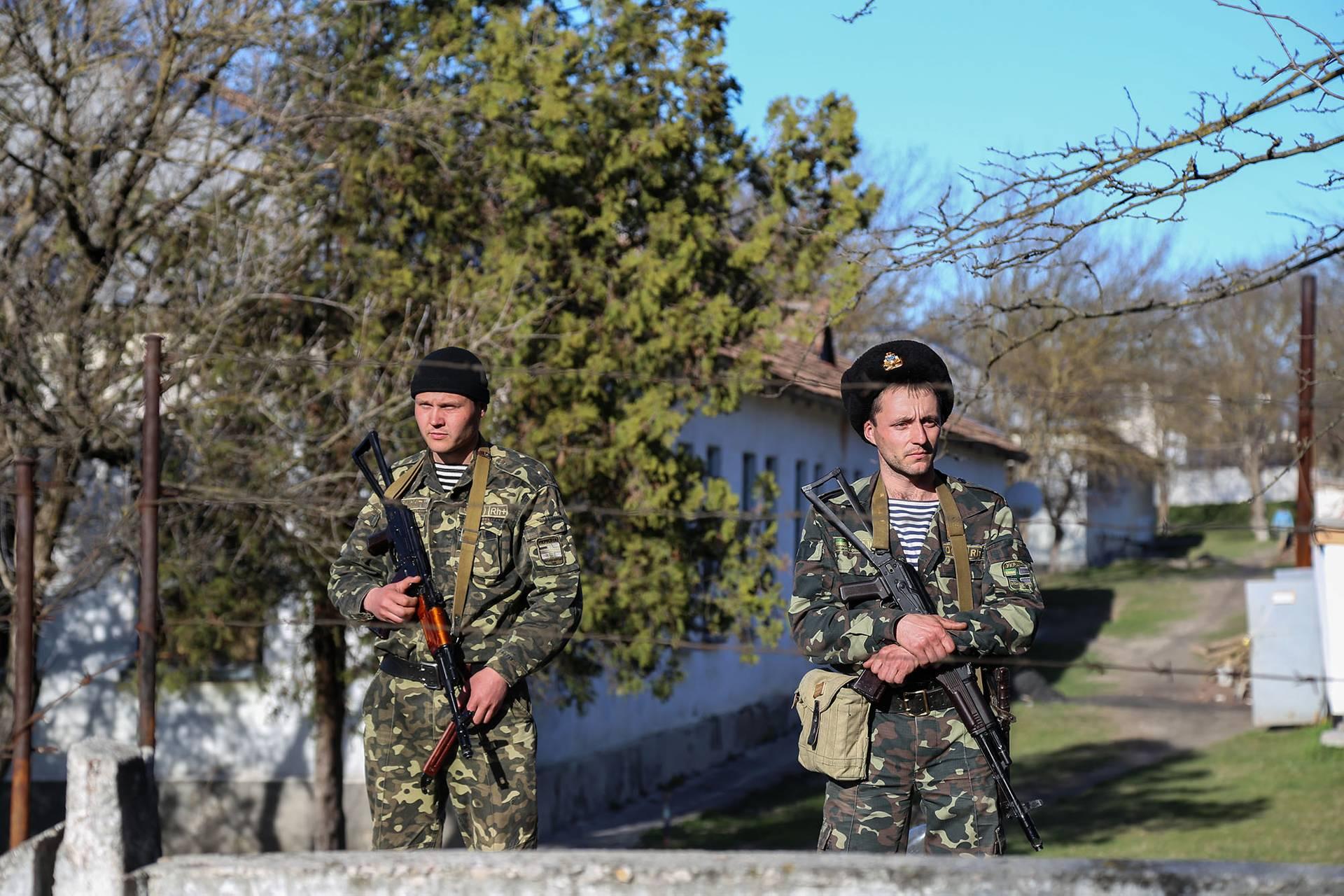 Українські військові на території частини морської піхоти у Бахчисараї, 3 березня 2014 року