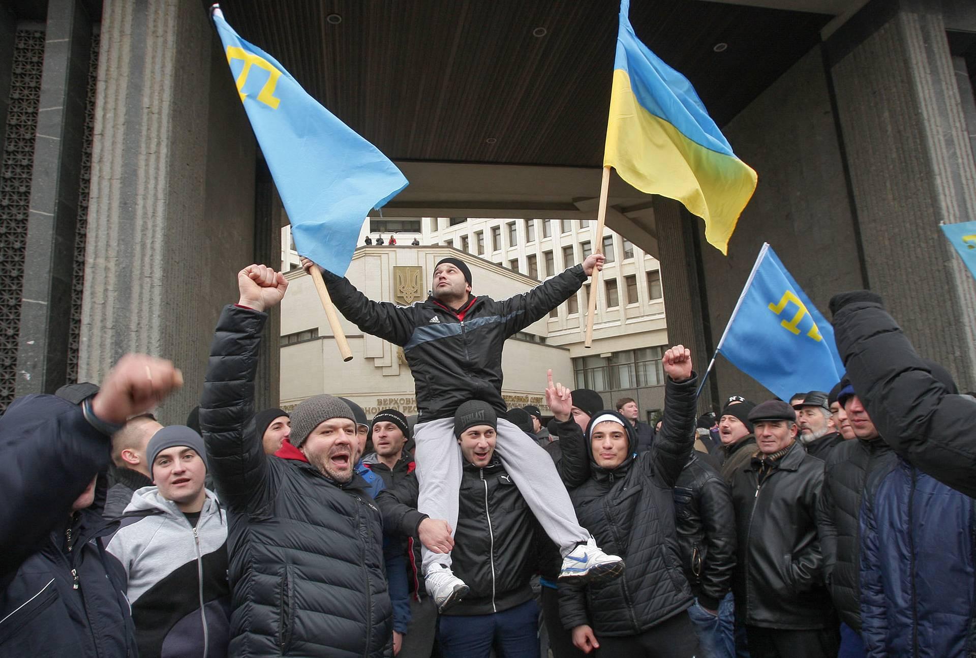 Кримські татари біля Верховної Ради Криму, 26 лютого 2014 року