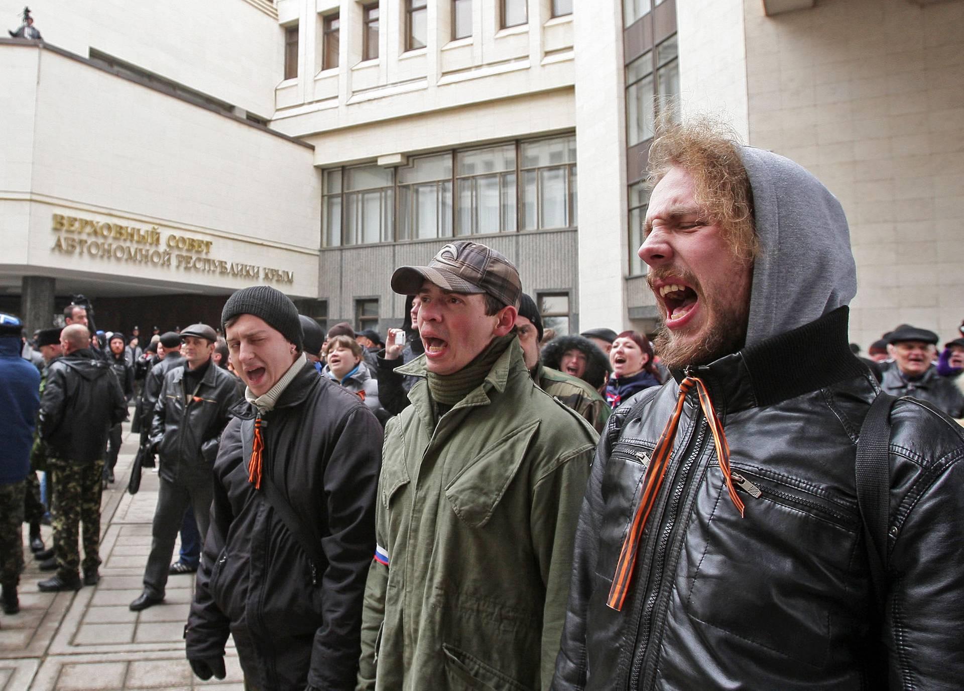 Проросійські мітингувальники біля Верховної Ради Криму, 26 лютого 2014 року