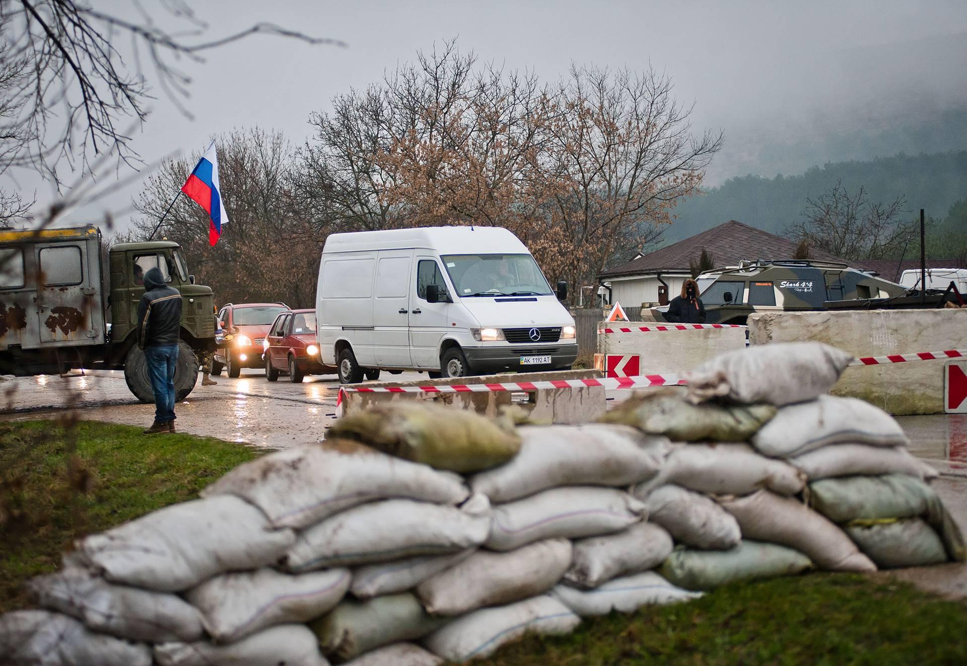 Блокпост на трасі Сімферополь — Севастополь, Крим, Україна, 26 лютого 2014 року