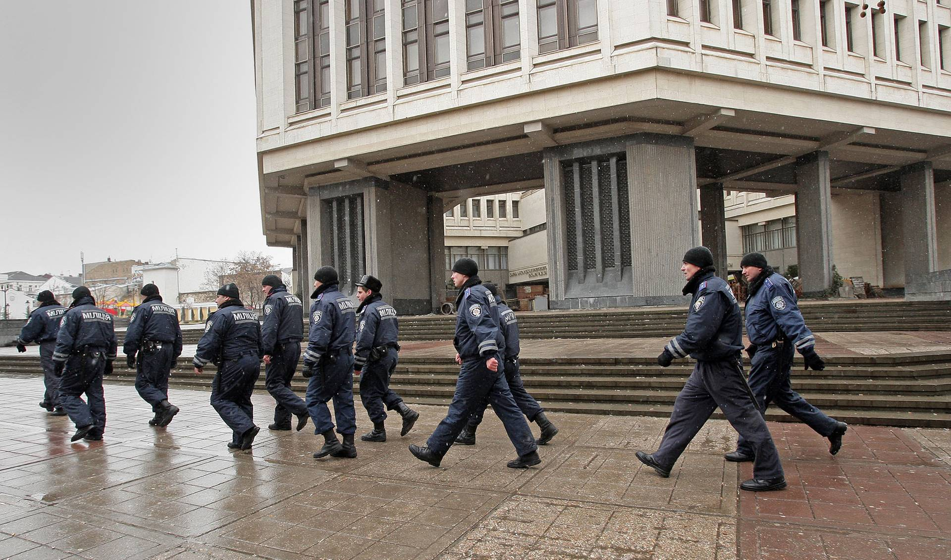 Нечисленні лави міліціонерів біля будівлі Верховної Ради та Уряду Криму в Сімферополі, Крим, 27 лютого 2014 року
