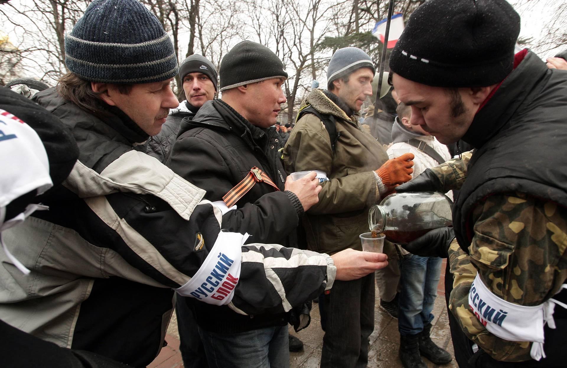 Члени проросійської так званої «самооборони» збираються біля будівель Верховної Ради та Уряду Криму в Сімферополі, Крим, 27 лютого 2014 року