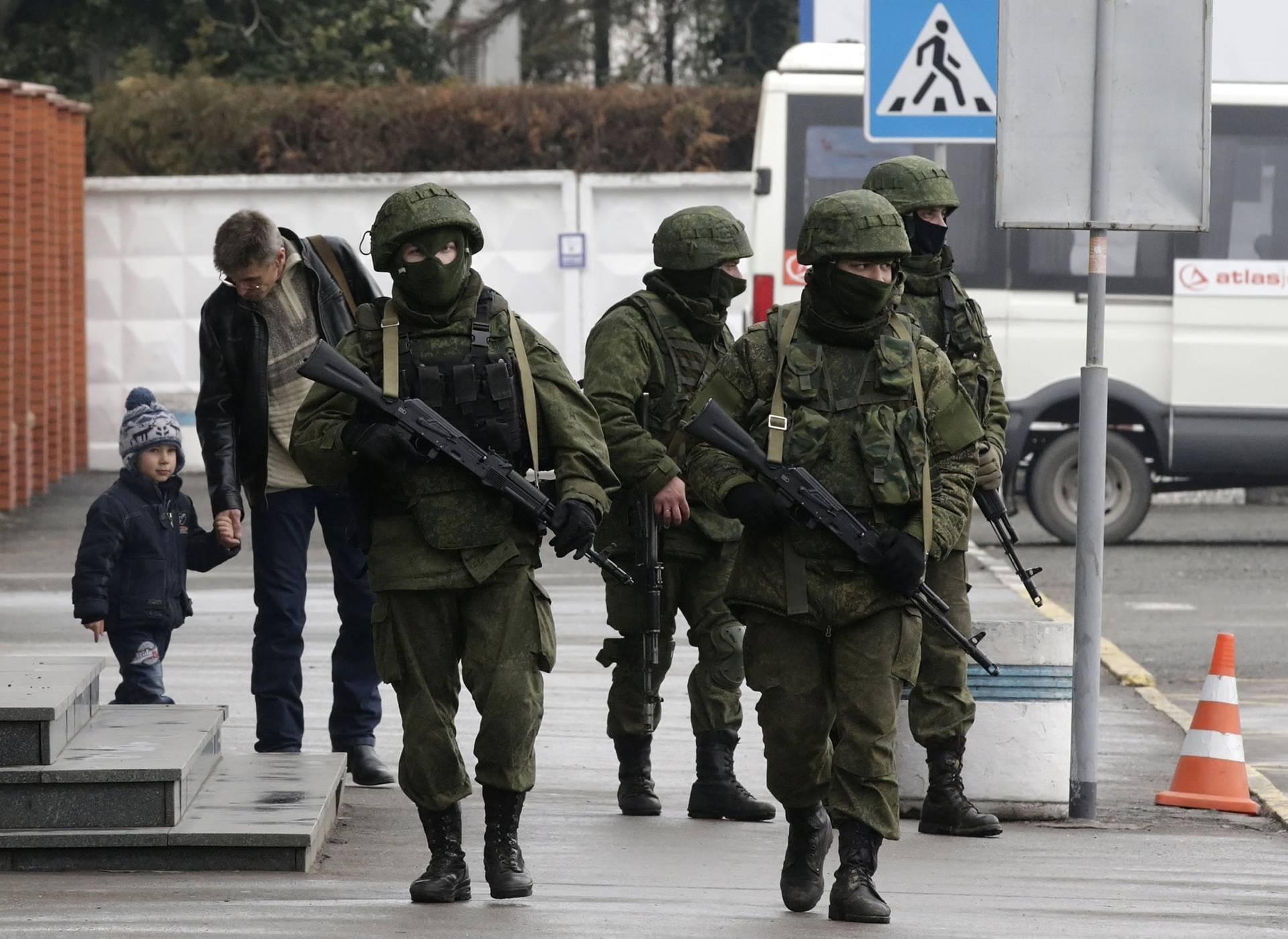 Озброєні російські військові на території Міжнародного аеропорту в Сімферополі, Крим, 28 лютого 2014 року