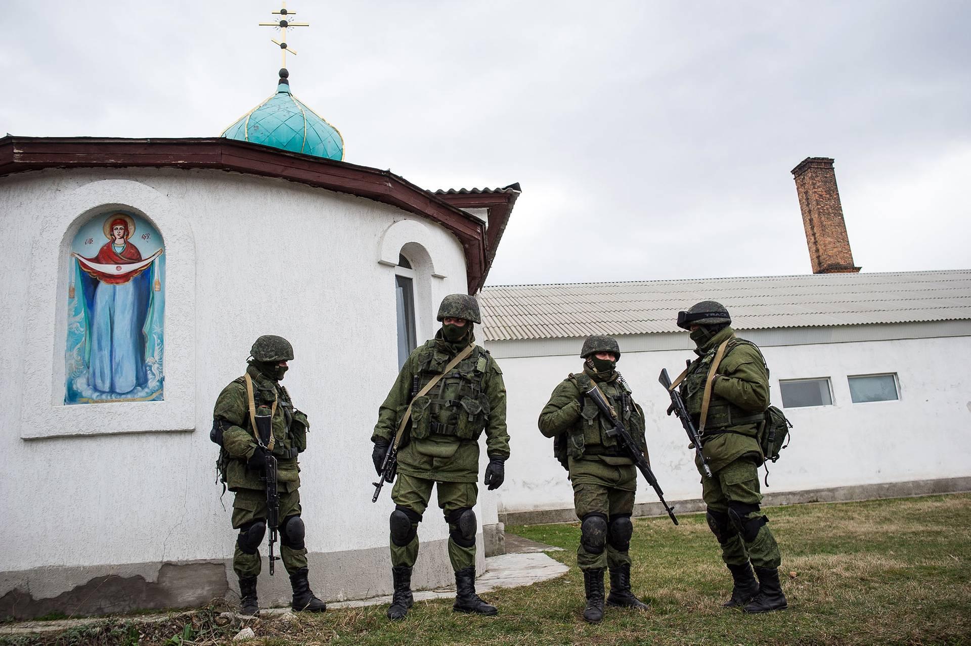 Російські військові біля української військової бази в Перевальному біля Сімферополя, 1 березня 2014 року