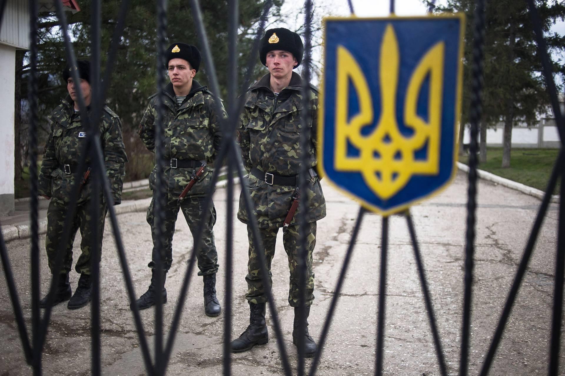 Українські військові на території бази в Перевальному біля Сімферополя, 1 березня 2014 року