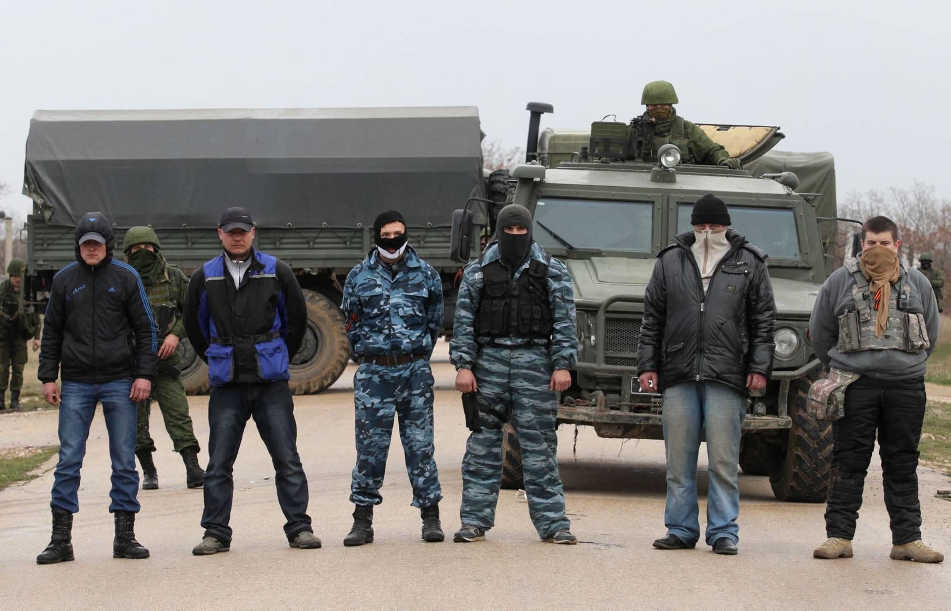 Російські військові та члени «самооборони» заблокували проїзд до української військової частини у Бельбеку неподалік Севастополя, Крим, 4 березня 2014 року