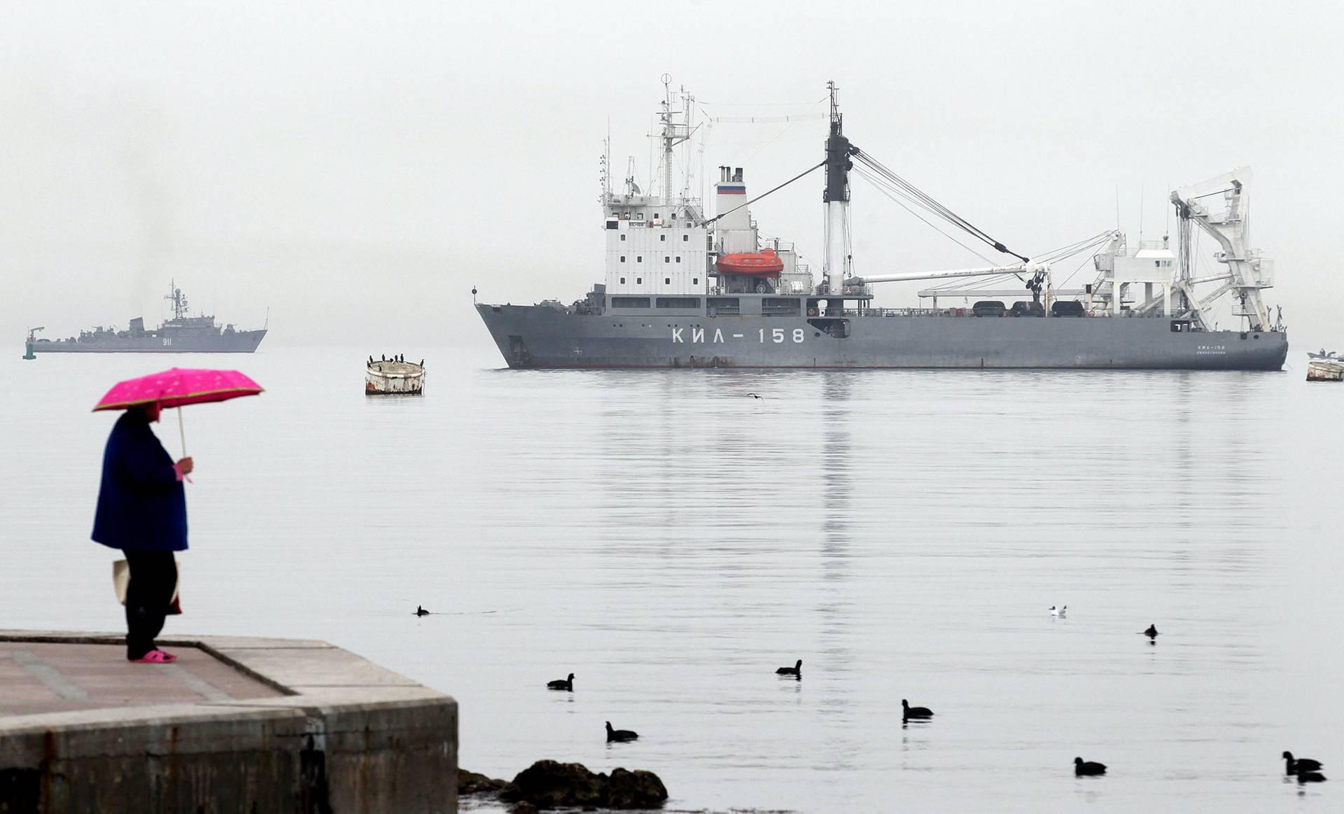 Кораблі військово-морського флоту Росії блокують вхід і вихід у море українським військовим катерам в Стрілецькій бухті у Севастополі, Крим, 4 березня 2014 року