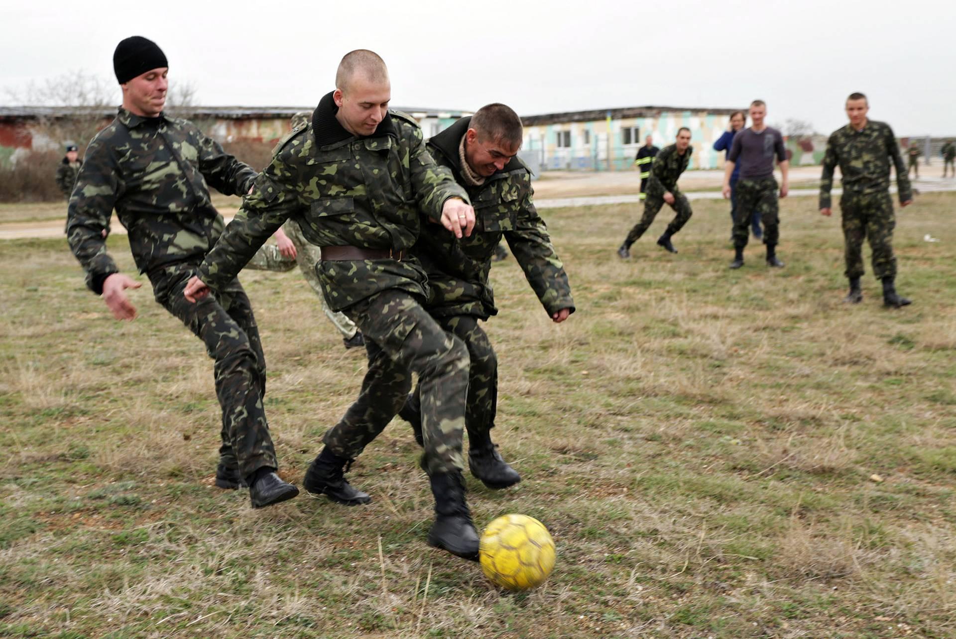 Військові грають у футбол на території військової частини у Бельбеку, оточеної із усіх боків росіянами, Крим, 4 березня 2014 року