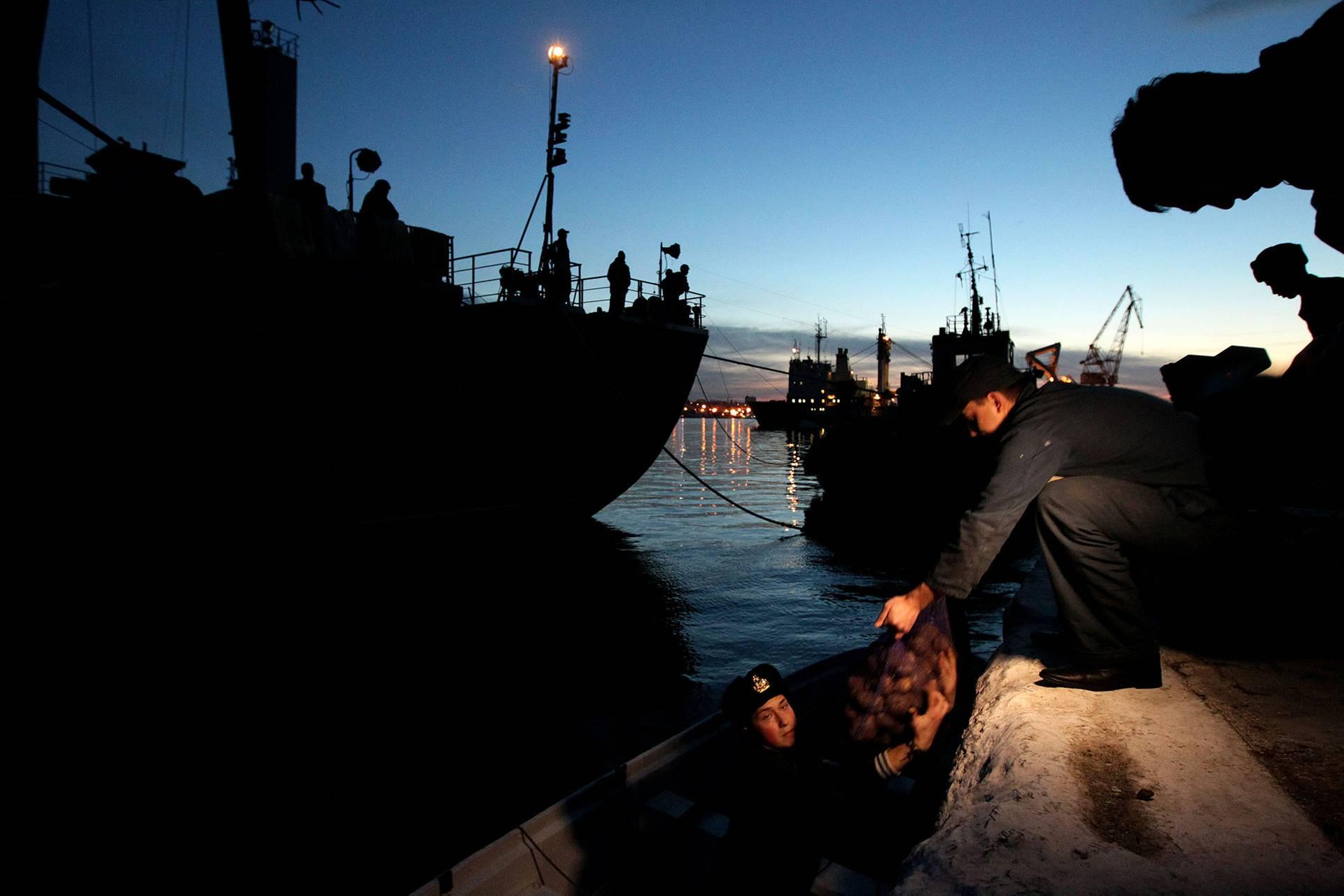 Моряки передають їжу командам корвету «Тернопіль» та корабля управління «Славутич» у гавані Севастополя, Крим, 5 березня 2014 року