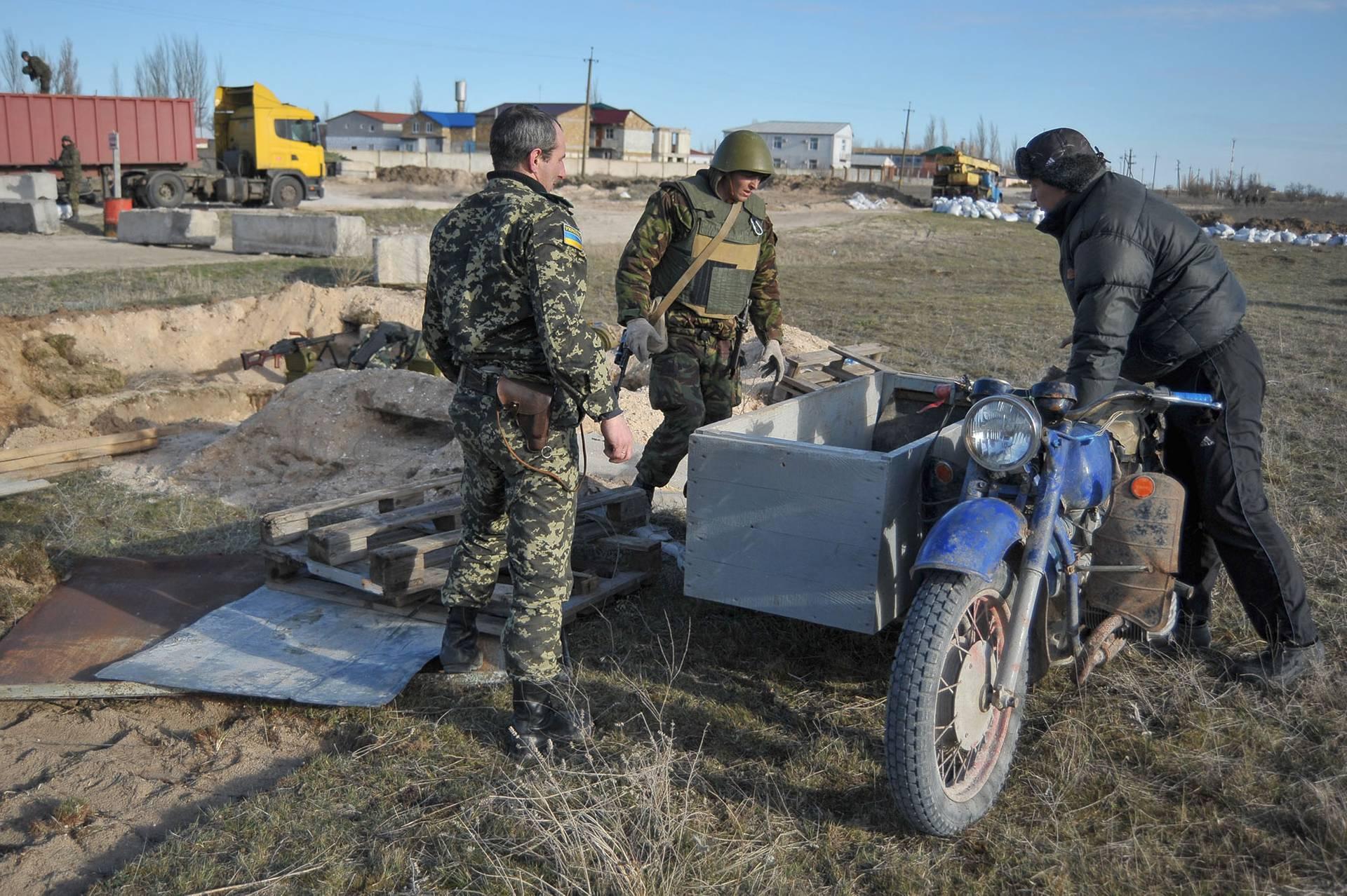Українські прикордонники укріплюють позиції на Арабатській стрілці біля селища Стрілкове, Херсонська область на адмінкордоні з Кримом, 17 березня 2014 року