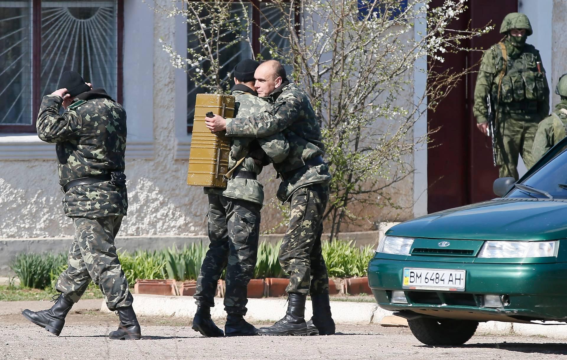 Українські військовослужбовці покидають територію військової частини в селищі Перевальне біля Сімферополя та передислоковуються на материкову частину України, Крим, 21 березня 2014 року