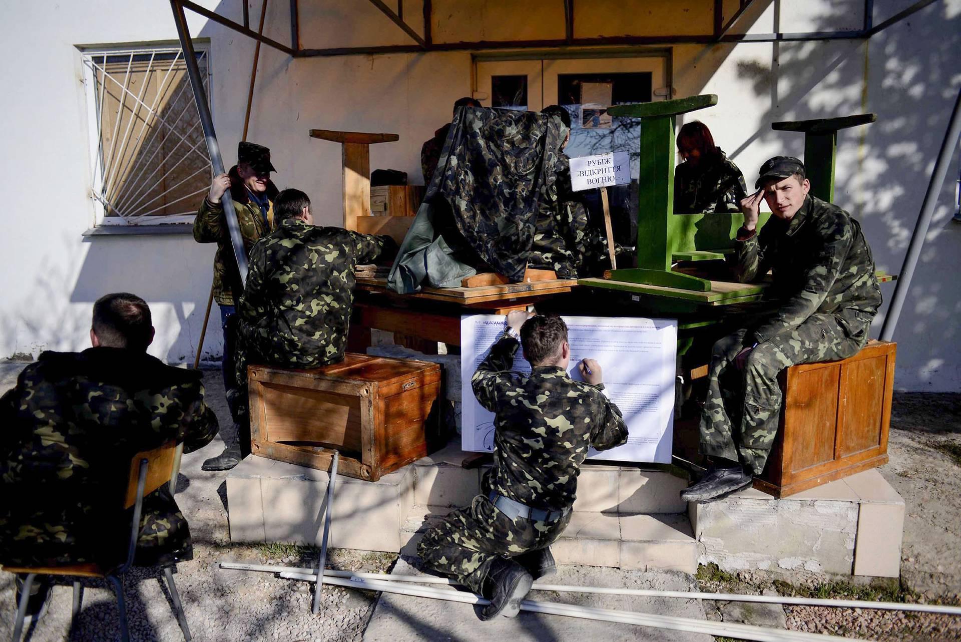 Українські військові чекають наказ із Києва щодо подальших дій у військовій частині в Бельбеку. Кримські загони так званої «самооборони» за підтримки російських військових влаштовували декілька показових спроб силового штурму, Крим, 21 березня 2014 року