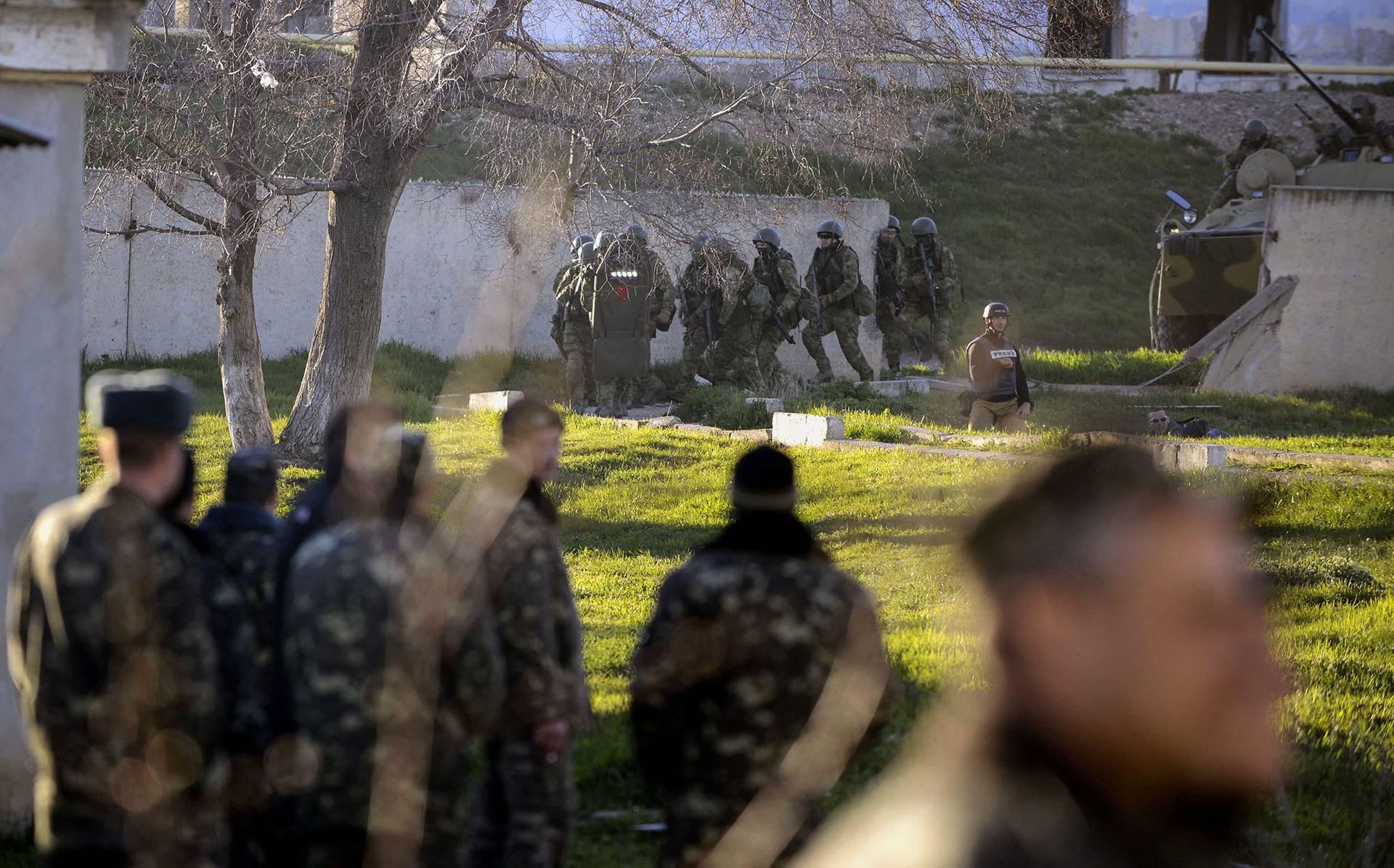 Російські військові та загони так званої «самооборони» штурмують українську військову частину у Бельбеку, Крим, 22 березня 2018 року. Російській БТР пробив бетонну огорожу бази