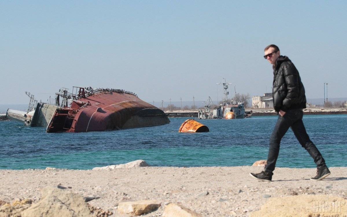 Затоплений російськими військовими списаний протичовновий корабель «Очаків» на озері Донузлав в селищі Мирний, Крим, 13 березня 2014 року. Таким чином росіяни заблокували вихід у море українським кораблям і суднам з озера Донузлав