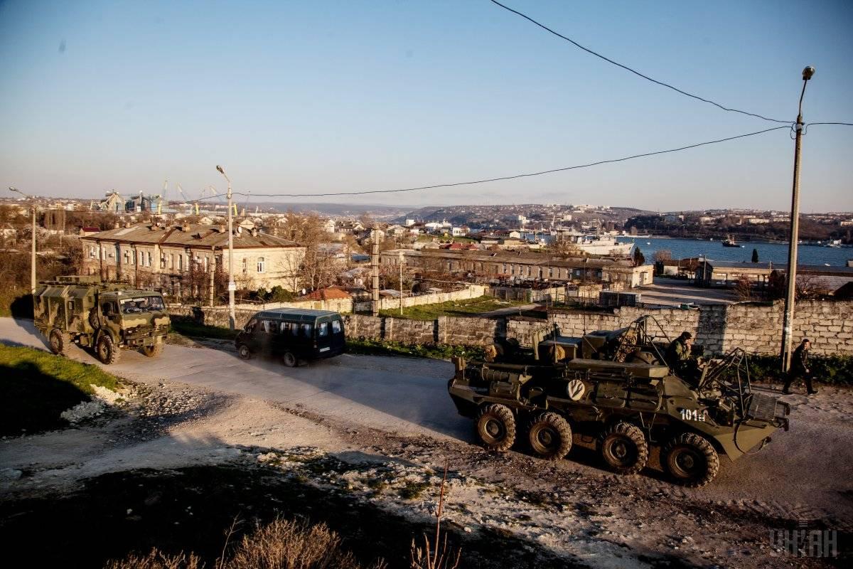 Російський БТРи  у Севастополі, Крим, 13 березня 2014 року