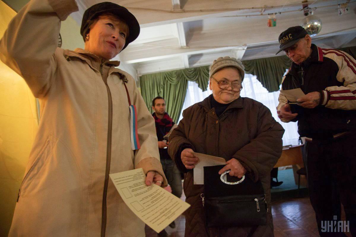 Люди на одній з «виборчих дільниць» у Сімферополі в день так званого «референдуму», 16 березня 2014 року