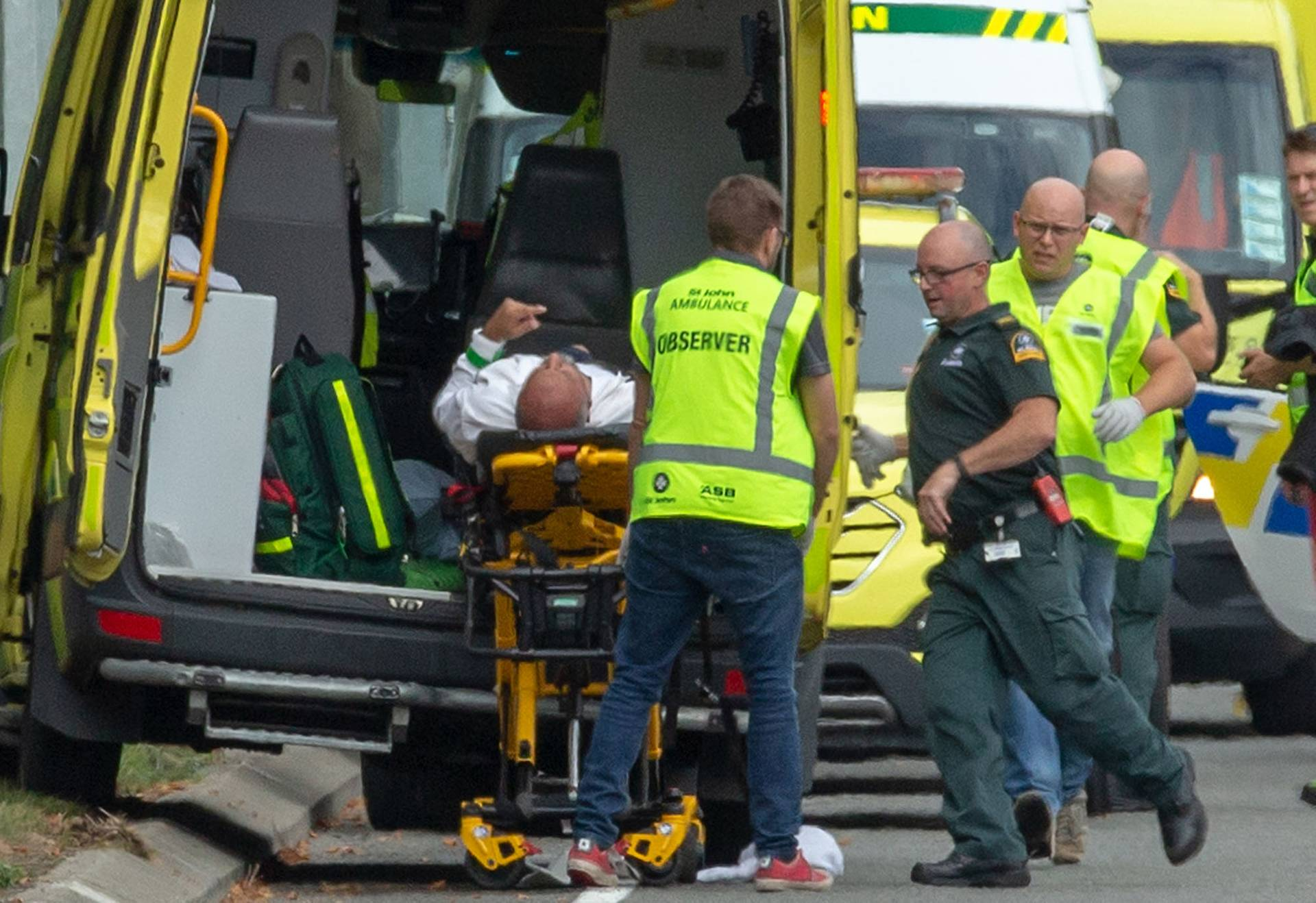 Медики надають допомогу пораненому в мечеті Лінвуд Масджид в Крайстчерчі, Нова Зеландія, 15 березня 2019 року