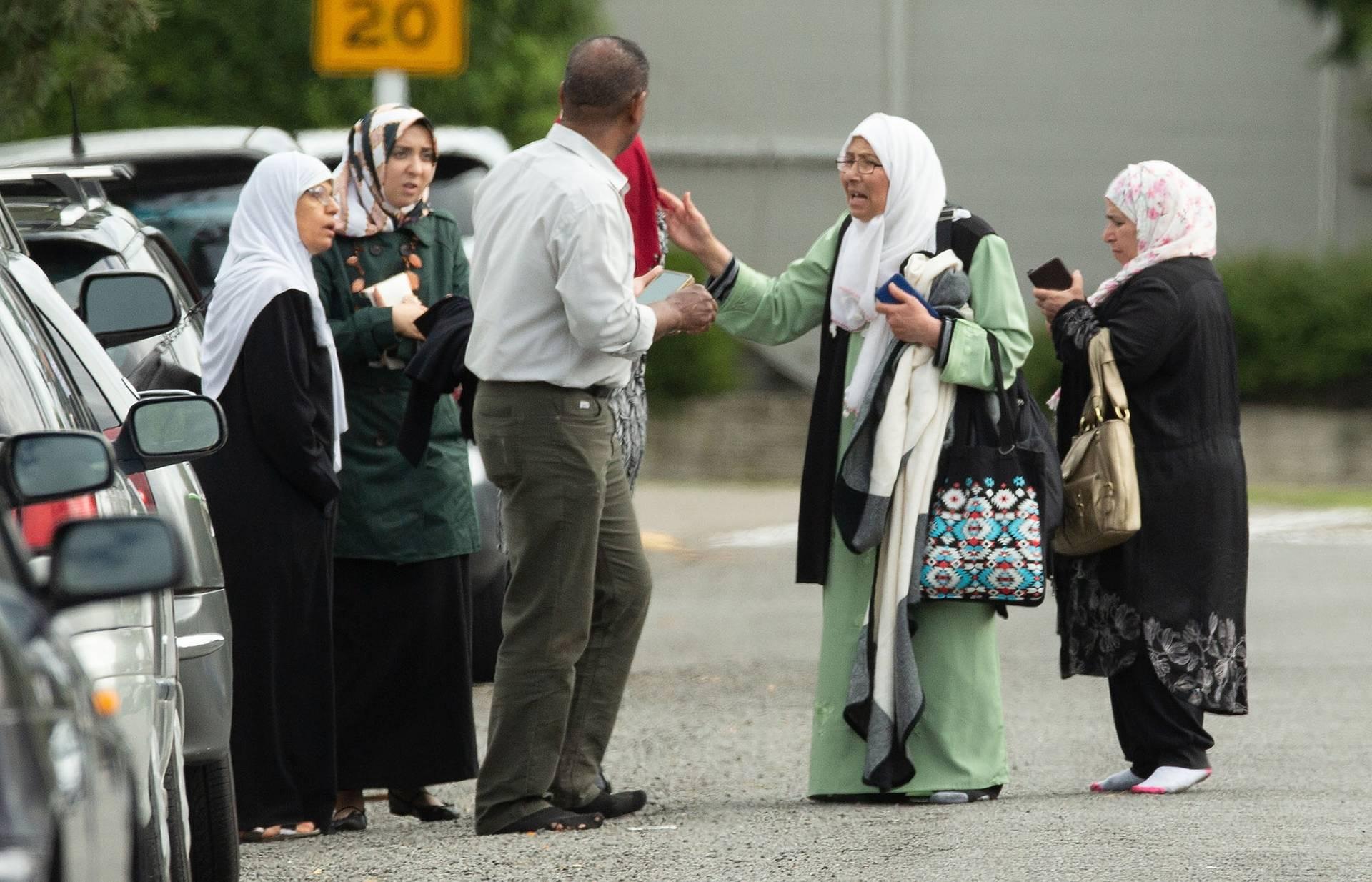 Шоковані члени сімей мусульманської спільноти стоять біля мечеті Лінвуд Масджид після стрілянини, Крайстчерч, Нова Зеландія, 15 березня 2019 року