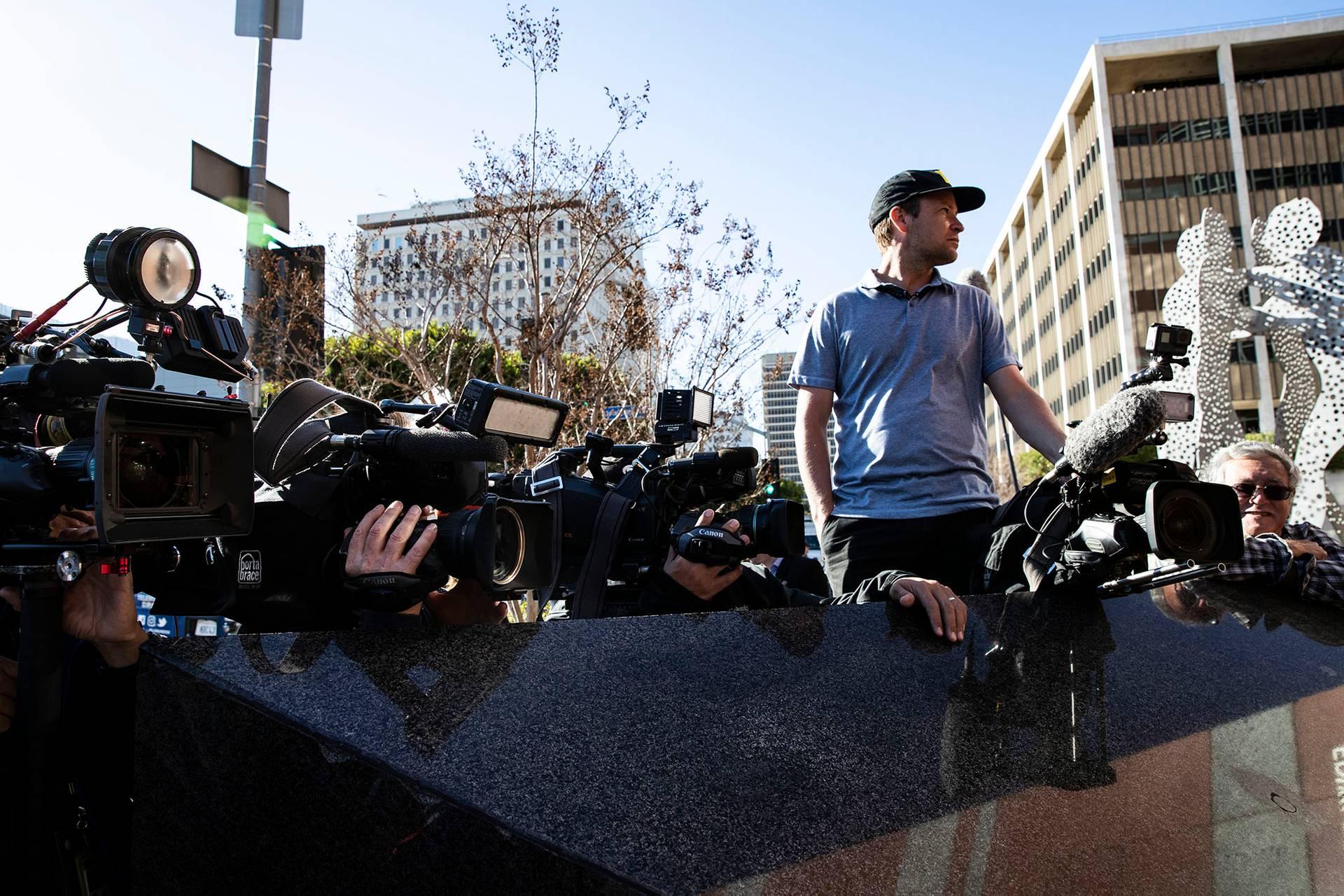 Журналісти та фотографи чекають на акторку Лорі Локлін біля будівлі Федерального суду у Лос-Анджелесі, Каліфорнія, США, 13 березня 2019 року