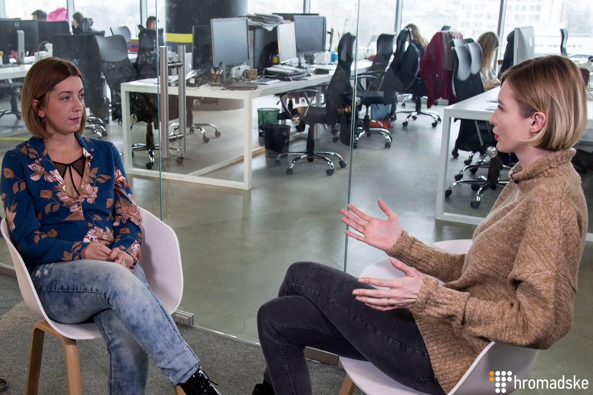 Журналістка Катерина Сергацкова (ліворуч) та головна редакторка Громадського Ангеліна Карякіна під час інтерв'ю, Київ, 14 березня 2019 року
