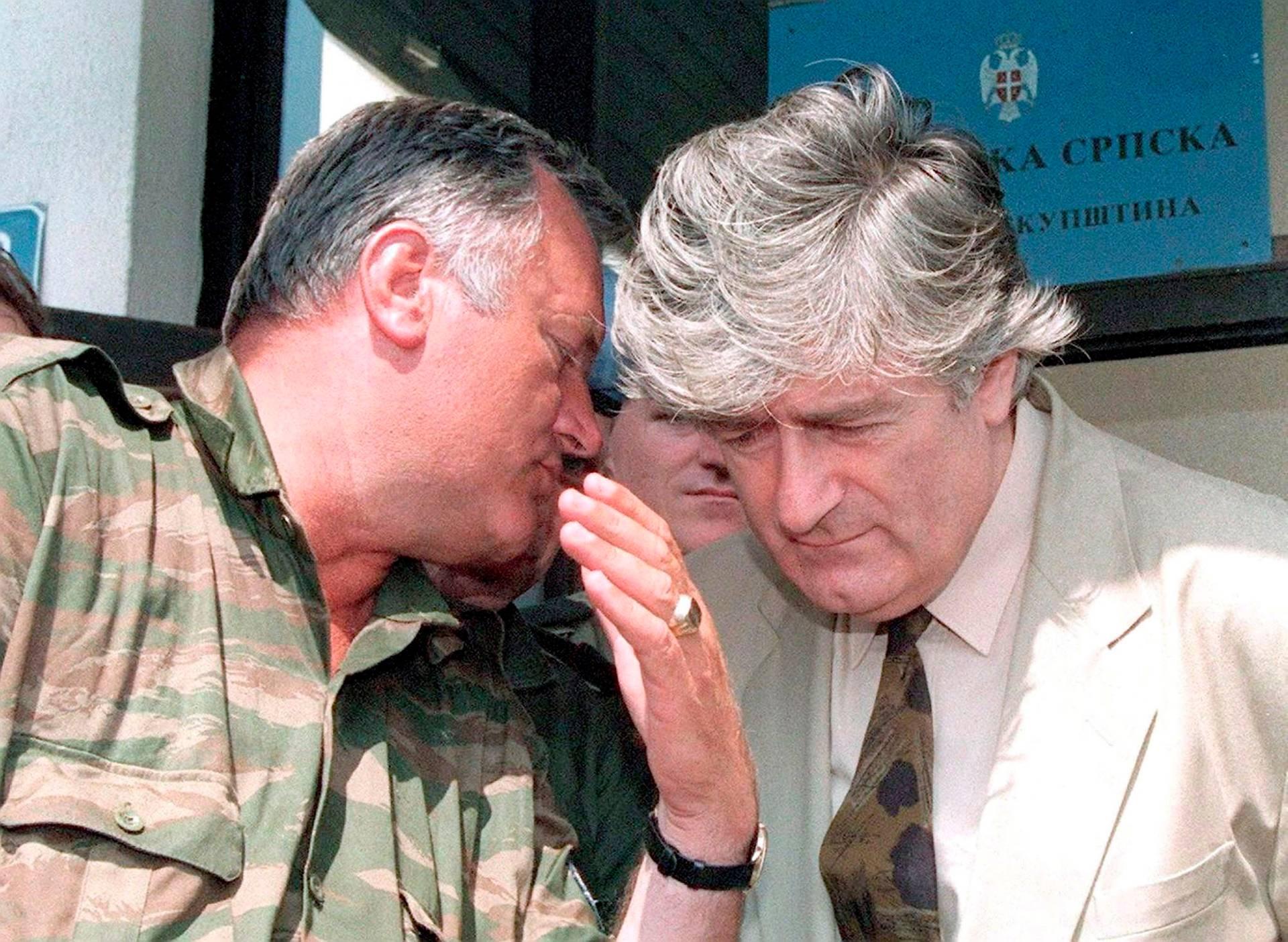 Колишній лідер боснійських сербів Радован Караджич (праворуч) та сербський генерал Ратко Младич в Пале, Боснія і Герцеговина, 5 серпня 1993 року. Обидва засуджені Гаазьким трибуналом до довічного ув'язнення за геноцид, злочини проти людяності і військові злочини
