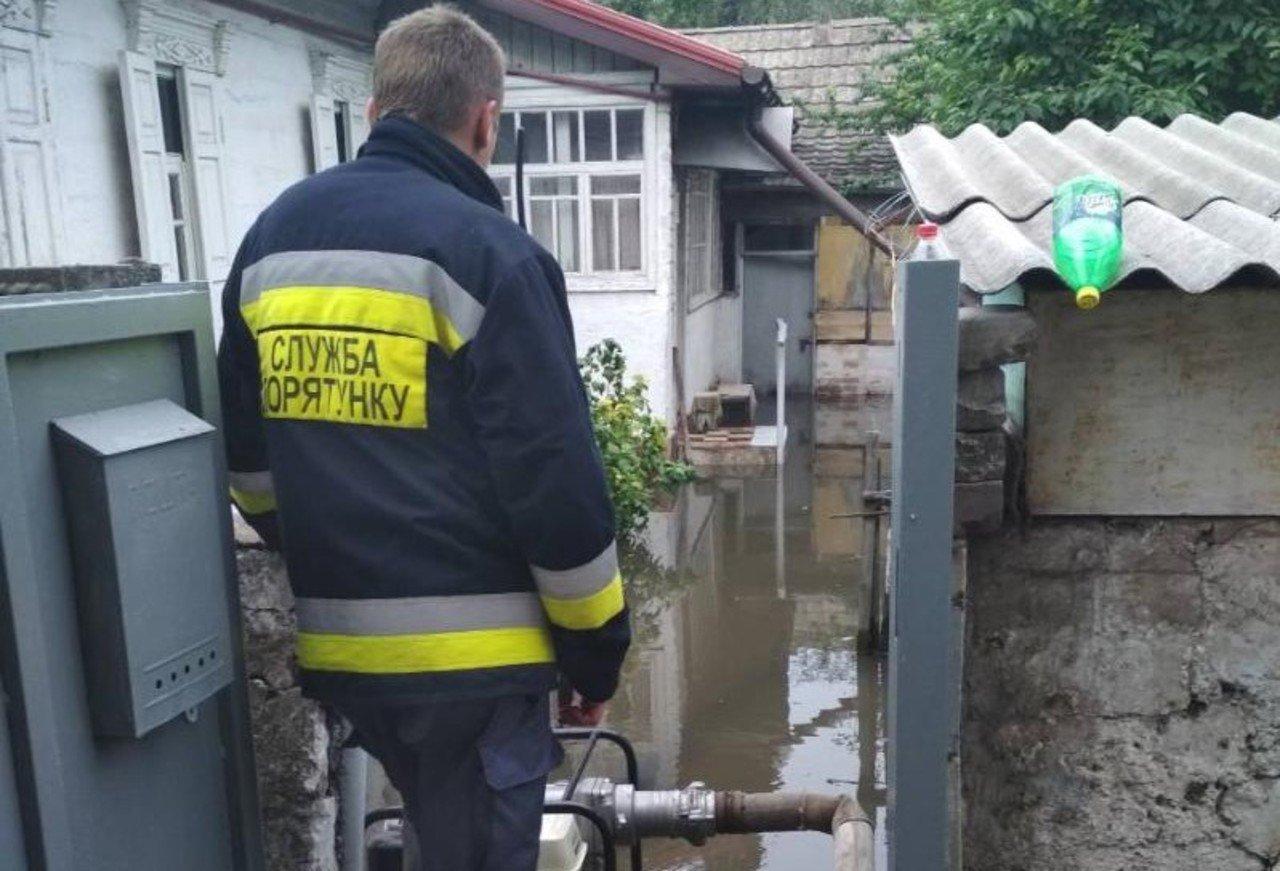 Прикарпатські рятувальники відкачують воду із прибудинкових територій у декількох районах області та місті Івано-Франківську. Декількох людей довелось відселити