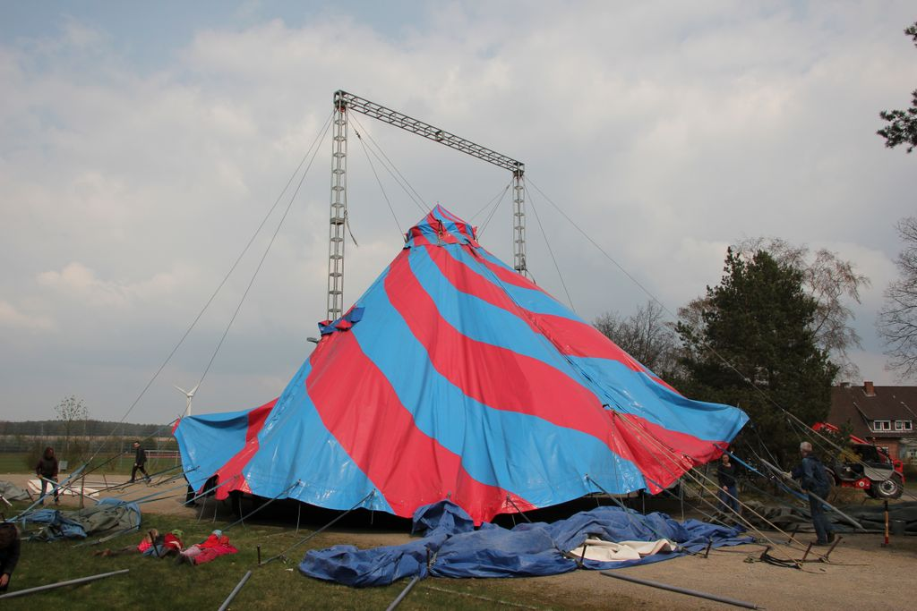 Zeltaufbau des Circus ZappZarap