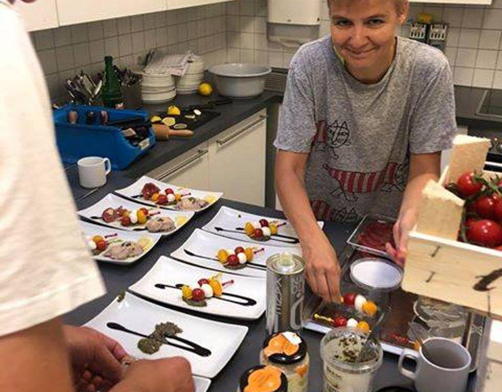 Kochen und Servieren im Restaurant für Patienten