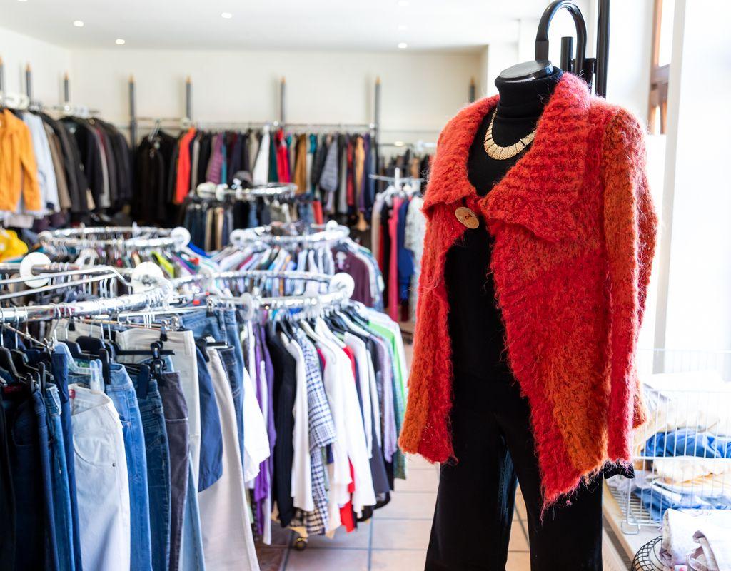 Mithilfe im Kleiderladen