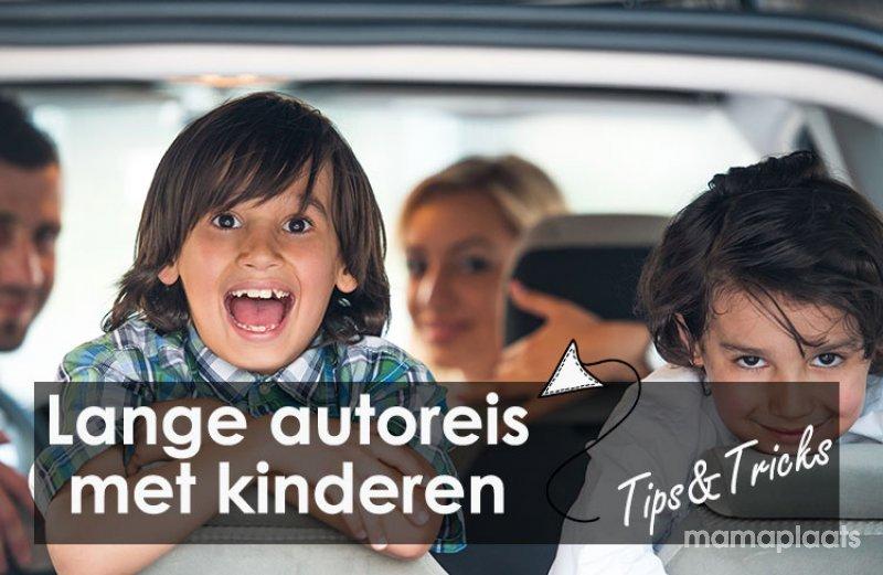 Verspieltes kleines kind auf kunststoff auto spielzeug u stockfoto