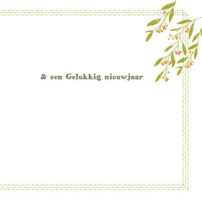 Kerstkaart groene blaadjes, oranje besjes en foto's 3