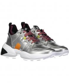 Sneaker in Metalloptik