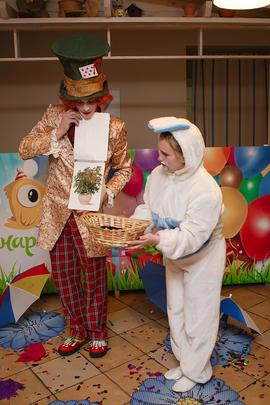 Аниматоры Шляпник и Кролик за работой в детском клубе Канарейка