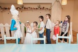 Аниматор Смурфик играет с детьми в детском садике Канарейка
