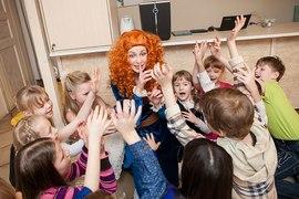 Аниматор Храбрая сердцем играет в прятки с детьми в клубе Канарейка