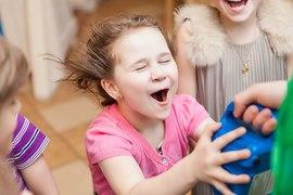 Малышка и веселые развлечения в детском клубе Канарейка