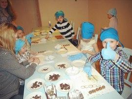 Дети делают фигурки из шоколада в садике Канарейка