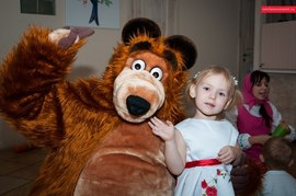 Медведь Маша и милая красавица малышка в детском клубе Канарейка