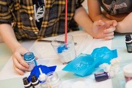 Развивающие игры с краской и акварелью в детском клубе Канарейка