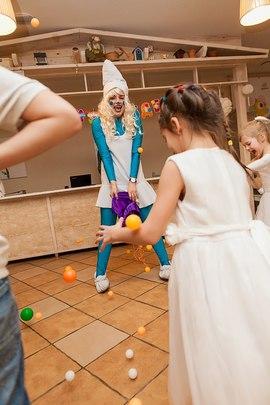 Смурфики и детки ловят радужные шарики в клубе Канарейка