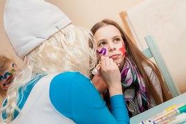 Смурфик создает волшебные образы с девочками в детском клубе Канарейка
